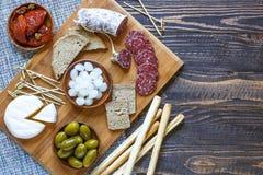 Italienisches bruschetta gemacht mit gerösteten Scheiben brot mit Kirsche Lizenzfreie Stockfotos