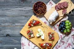 Italienisches bruschetta gemacht mit gerösteten Scheiben brot mit Kirsche Lizenzfreie Stockfotografie