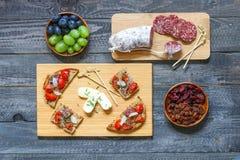 Italienisches bruschetta gemacht mit gerösteten Scheiben brot mit Kirsche Lizenzfreie Stockbilder