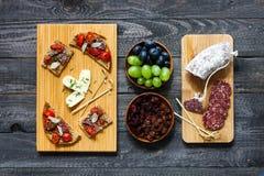 Italienisches bruschetta gemacht mit gerösteten Scheiben brot mit Kirsche Stockbilder
