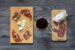 Italienisches bruschetta gemacht mit gerösteten Scheiben brot mit Kirsche Stockfotografie
