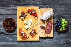 Italienisches bruschetta gemacht mit gerösteten Scheiben brot mit Kirsche Lizenzfreies Stockfoto