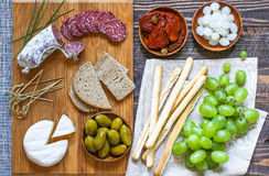Italienisches bruschetta gemacht mit gerösteten Scheiben brot mit Kirsche Stockbild