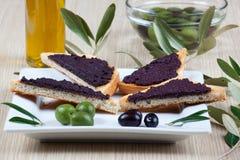 Italienisches bruschetta mit Oliven Stockfotos