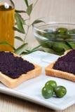 Italienisches bruschetta mit Oliven Lizenzfreies Stockbild