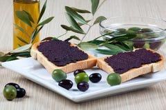 Italienisches bruschetta mit Oliven Lizenzfreies Stockfoto