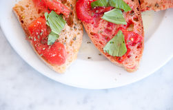 Italienisches bruschetta mit Tomate, Öl und Salz Lizenzfreie Stockbilder