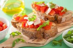 Italienisches bruschetta mit Tomatenparmesankäse Arugula Stockfoto