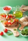 Italienisches bruschetta mit Tomatenparmesankäse Arugula Stockbild