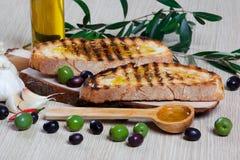 Italienisches bruschetta und Oliven Stockfoto