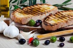 Italienisches bruschetta und Oliven Stockbild