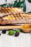 Italienisches bruschetta und Oliven Stockfotografie
