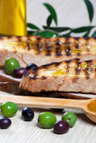 Italienisches bruschetta und Oliven Stockbilder