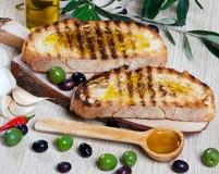 Italienisches bruschetta und Oliven Lizenzfreie Stockfotografie