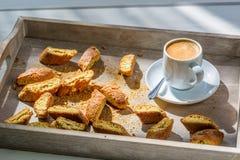 Italienisches cantuccini mit Kaffee Stockfoto