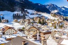 Italienisches Dorf in den Dolomit Lizenzfreie Stockbilder