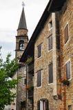 Italienisches Dorfgebäude mit GlockenGlockenturm lizenzfreie stockfotos