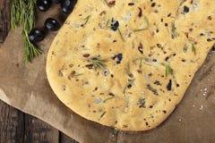 Italienisches focaccia Brot mit Oliven und Rosmarin stockbilder