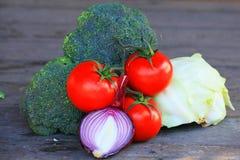 Italienisches Gemüse auf einem Holztisch lizenzfreies stockfoto