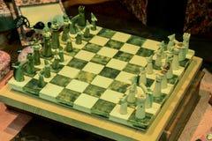 Italienisches handgemachtes hölzernes Schach auf Schachbrett lizenzfreie stockfotos