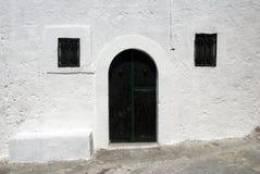 Italienisches Haus - grüne Tür und Fenster Stockbild