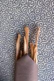 Italienisches Haus machte grissini mit Serviette und Tischdecke stockfotografie