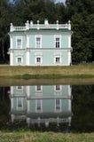 Italienisches Haus wird in einem Teich reflektiert (Kuskovo-Zustand nahe Moskau Stockbilder