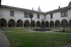 Italienisches Kloster mit Garten Lizenzfreies Stockfoto