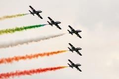 Italienisches Kunstfliegenteam in einsetzendem Rauche der Bildung Lizenzfreie Stockfotos