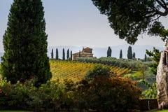 Italienisches Landhaus in der Landschaft stockbild