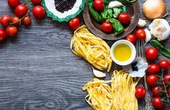 Italienisches Lebensmittel, das Bestandteile für Tomatenteigwaren kocht Stockfotos