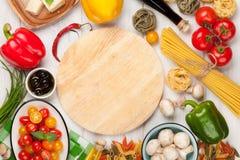 Italienisches Lebensmittel, das Bestandteile kocht Teigwaren, Gemüse, Gewürze Lizenzfreies Stockbild