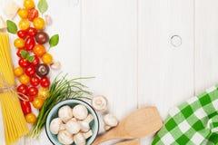 Italienisches Lebensmittel, das Bestandteile kocht Teigwaren, Gemüse, Gewürze Stockbild