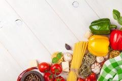 Italienisches Lebensmittel, das Bestandteile kocht Teigwaren, Tomaten, peppes Stockbilder