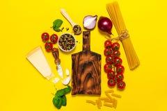 Italienisches Lebensmittel oder Bestandteilhintergrund mit Frischgemüse, PA Lizenzfreies Stockfoto