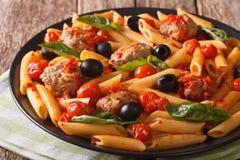 Italienisches Lebensmittel: Teigwaren mit Fleischklöschen, Oliven und Tomatensauce clos Stockbilder