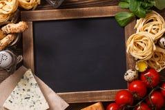 Italienisches Lebensmittelrezept auf rustikalem Holz Lizenzfreie Stockfotografie