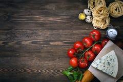 Italienisches Lebensmittelrezept auf rustikalem Holz Stockfotos