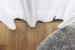 Italienisches modernes vorbildliches House: Klarer Vorhang mit Bretterboden und Grey Carpet Stockbild