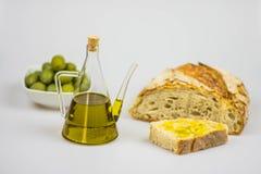 Italienisches Olivenöl mit Brot auf weißem Hintergrund Stockbild