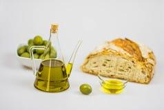 Italienisches Olivenöl mit Brot auf weißem Hintergrund Lizenzfreie Stockfotos