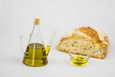Italienisches Olivenöl mit Brot auf weißem Hintergrund Stockfotos