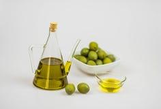 Italienisches Olivenöl mit grünen Oliven auf whithe Hintergrund Stockbild