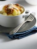 Italienisches Rezept: Kartoffel Gnocchi zu Hause gemacht mit Tomatensauce B Stockbild