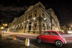 Italienisches Rot des alten Autos bis zum Nacht Italienisches historisches Monument Lizenzfreie Stockfotos