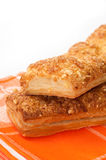 Italienisches Sandwich mit Käse auf orange Küchentischdecke Stockfotografie