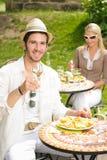 Italienisches Speisen des jungen Mannes der sonnigen Gaststätte der Terrasse Stockfoto