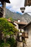 Italienisches Steinhausdorf in den Bergen lizenzfreies stockfoto