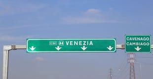 Italienisches Straßen-Anzeichen nach Venedig stockfotos