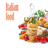 Italienisches Teigwarennest, Kirschtomaten, Gewürze, Olivenöl, Käse Lizenzfreie Stockfotos